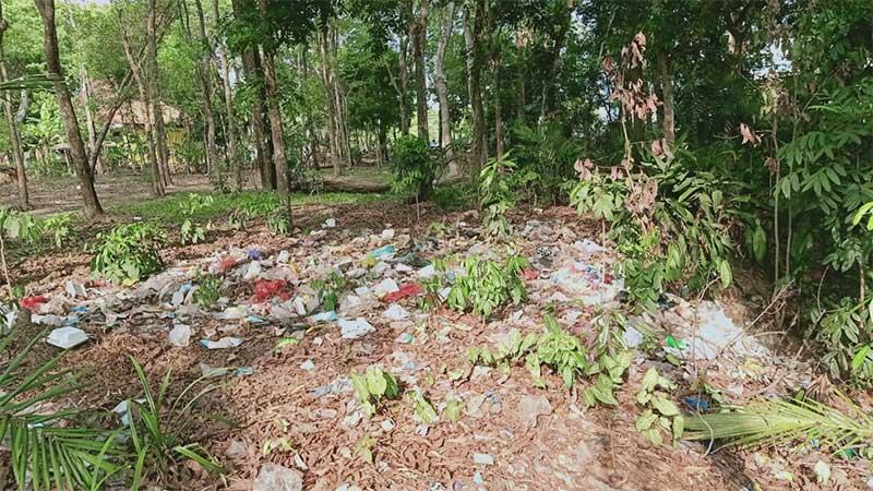 sampah-berserakan-di-hutan-kota-metro-101219.jpg