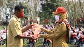 Realisasikan Program BMW, Bupati Winarti serahkan bantuan 147 sepeda motor untuk Kadus